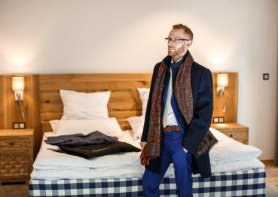 modrý pánský plášť s doplňkem