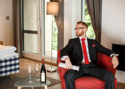 oblek na míru s červenými doplňky, kravata