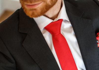 pánské sako s červenou kravatou