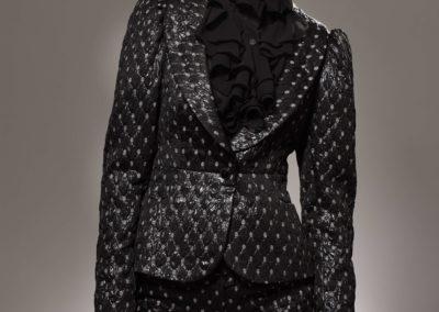 černý formální kostým s bílými detaily