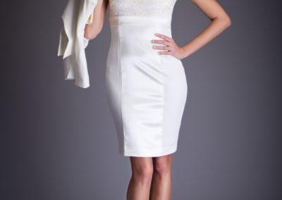 bílé šaty s doplňkem