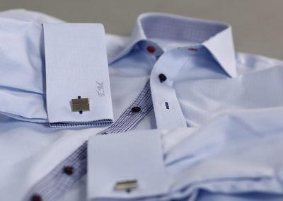 modrá košile s detailem